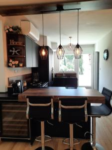 A kitchen or kitchenette at Mon petit Paradis, Cassis centre Apt 90 m2, 200 m Mer, terr plein sud, clim park privé