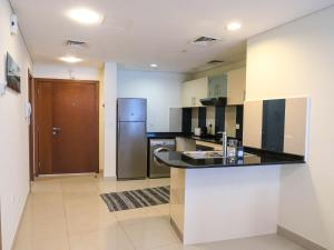 A kitchen or kitchenette at Comfortable Partial Palm View 1 BR Dubai Marina