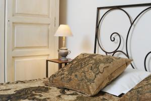 A bed or beds in a room at Autour Du Petit Paradis