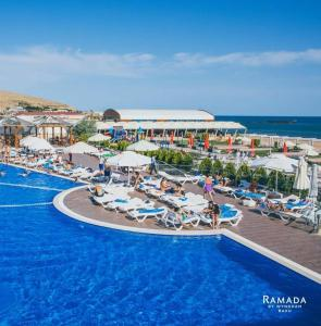 منظر المسبح في Ramada by Wyndham Baku او بالجوار