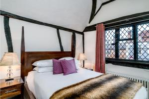 A bed or beds in a room at Kings Arms Hotel