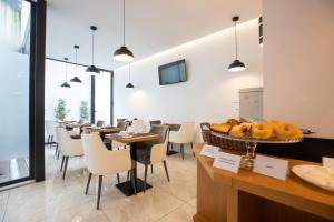 A restaurant or other place to eat at Mystay Porto Batalha