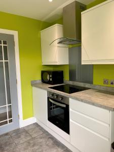 A kitchen or kitchenette at Homelands Apartment