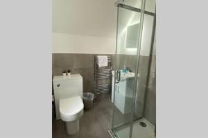 A bathroom at The Sleek Modern Maidstone Gem