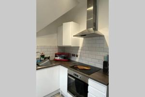 A kitchen or kitchenette at The Sleek Modern Maidstone Gem