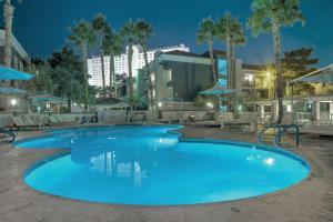 Der Swimmingpool an oder in der Nähe von Desert Rose Resort