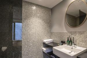 A bathroom at Hotel Norge by Scandic