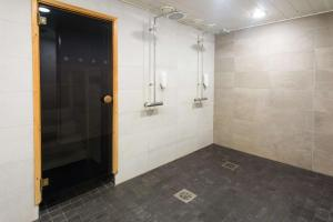 A bathroom at Scandic Waskia