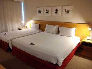 A bed or beds in a room at Golden Tulip Brasília Alvorada