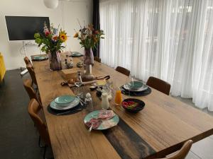A restaurant or other place to eat at Bed & Breakfast De Oude Kapel