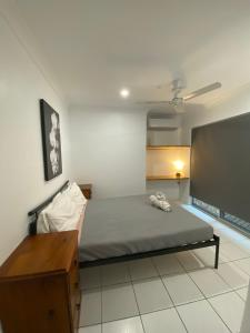 A bed or beds in a room at Cairns Beaches Flashpackers