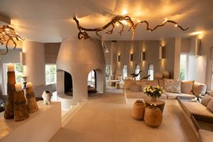 The lobby or reception area at Clifftop Exclusive Safari Hideaway