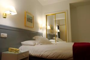 A bed or beds in a room at Hotel Vigo Plaza