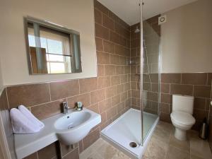 A bathroom at The Three Horseshoes Hotel