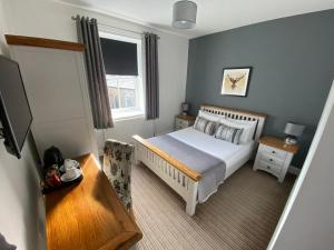 A bed or beds in a room at The Three Horseshoes Hotel