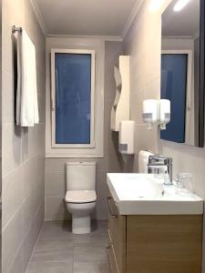 A bathroom at Pensión Donostiarra