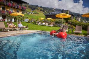 Het zwembad bij of vlak bij Hotel Saalbacher Hof