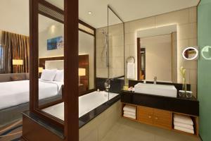 A bathroom at DoubleTree by Hilton Hotel and Residences Dubai – Al Barsha