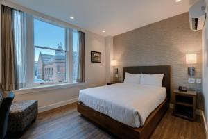 A bed or beds in a room at Strathcona Hotel