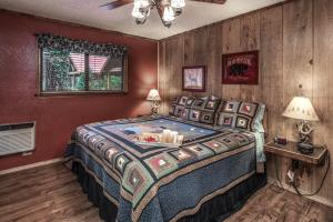 A bed or beds in a room at Shadow Mountain Lodge and Cabins