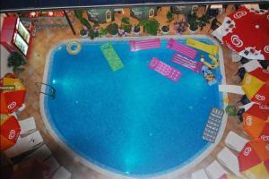 Изглед към басейн в Италия Хотел или наблизо