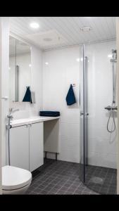 Kylpyhuone majoituspaikassa Trendy Homes Oulu Marski Apartments