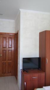 A television and/or entertainment center at Guest house Chetyre podkovy