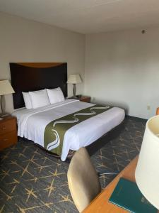 A bed or beds in a room at Quality Inn Spring Valley - Nanuet