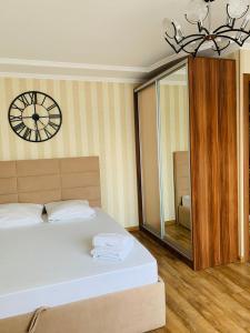 Кровать или кровати в номере апартаменты Павловский тракт