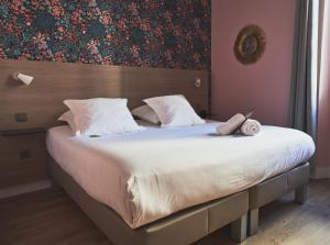 A bed or beds in a room at Grand Hôtel Dauphiné, Boutique Hôtel & Suites