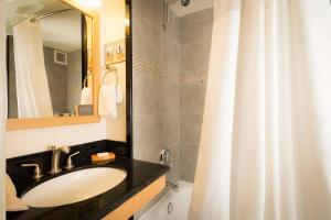 A bathroom at VIVE Hotel Waikiki
