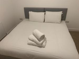 A bed or beds in a room at Watford Stays by Stay Guru
