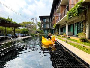 Het zwembad bij of vlak bij Lamphu House Chiang Mai