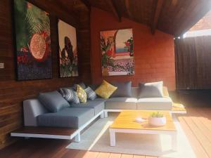 Een zitgedeelte bij Ganda Rooms & Suites