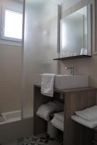 Salle de bains dans l'établissement Hôtel L'Embarcadère