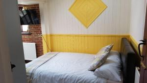 A bed or beds in a room at Ruby Cottage