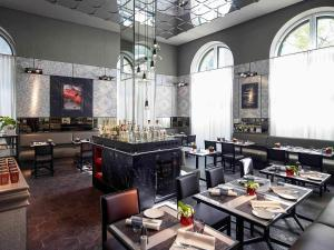 A restaurant or other place to eat at Sofitel Munich Bayerpost