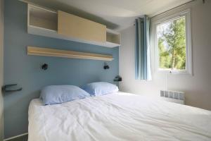Een bed of bedden in een kamer bij Camping RCN Belledonne