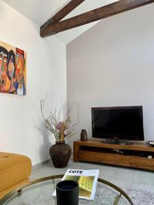 A television and/or entertainment centre at Villa CASTIEL au calme à 5 minutes de la mer