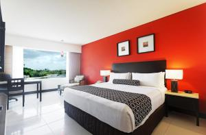 A bed or beds in a room at Crowne Plaza Villahermosa, an IHG Hotel