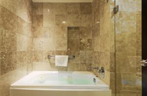 A bathroom at Crowne Plaza Villahermosa, an IHG Hotel