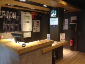 The lobby or reception area at ibis Budget Caen Centre Gare