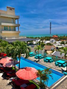 Uitzicht op het zwembad bij Mui Ne Hills Bliss Hotel of in de buurt