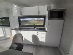 Küche/Küchenzeile in der Unterkunft Hausboote Unteres Odertal Hausboot Kranich