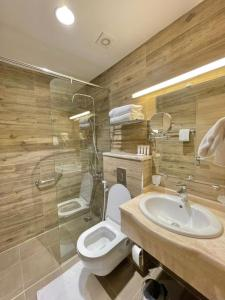 A bathroom at Twins Hotel