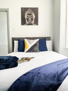A bed or beds in a room at Gillingham Peaceful Pad