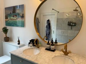 A bathroom at 240m2 NEW Luxury Best Located Apartment In Cph
