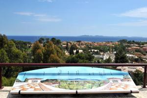 Vue sur la piscine de l'établissement Vacancéole - Résidence L'Ile d'Or ou sur une piscine à proximité
