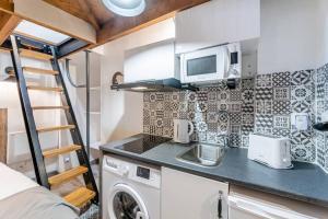 A kitchen or kitchenette at Le Jasmin, Studio 3 au vieux port de Marseille