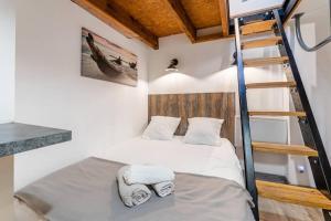 A bed or beds in a room at Le Jasmin, Studio 3 au vieux port de Marseille